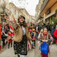 Le coloratissime maschere romene aprono il corteo del Carnevale di Chieri