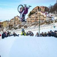 """Il """"quasi"""" record di Ilaria: un salto mortale in carrozzina sulla neve"""