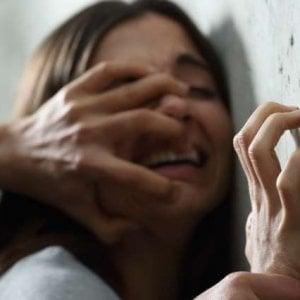 Aosta, tenta di violentare una ragazza nel bagno di un bar in centro