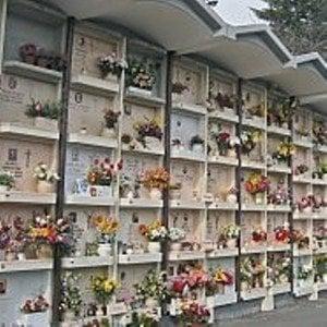 Torino, giallo al cimitero Parco: il loculo di un uomo occupato da una donna