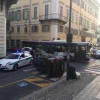 Torino, tanta paura in centro per un'auto che si ribalta