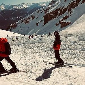 Valanga travolge comitiva in pista a Crans Montana, nelle Alpi svizzere: morto uno degli sciatori estratti dalla neve