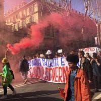 Torino, studenti in piazza contro la maturità: lancio di uova e spintoni