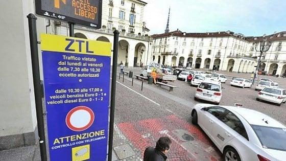 Torino, il Comune decide l'ingresso a pagamento in centro ma i negozianti si ribellano