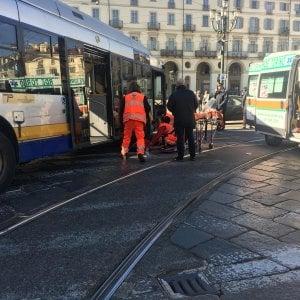 Torino, amputata la gamba  alla donna investita da un bus in piazza Vittorio