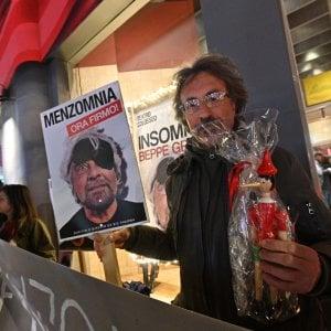 """Torino, Grillo contestato da un gruppo di No Vax: """"Ti sei venduto a Big Pharma"""""""