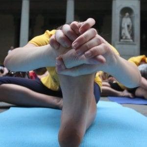 Torino, lezioni di yoga per aiutare i migranti finiti nel mirino di Salvini