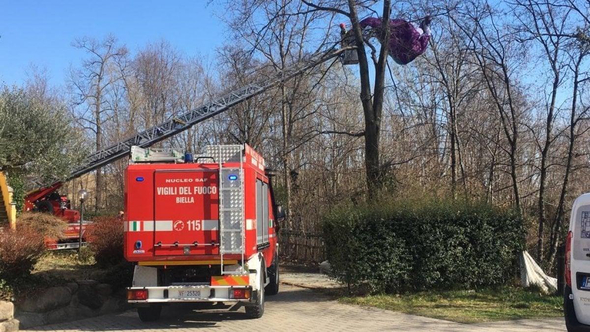 Biella atterra col parapendio e rimane incastrato tra gli alberi liberato dai pompieri - Aste immobili biella ...