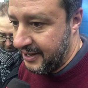 Non è reato sputare su un manifesto di Salvini
