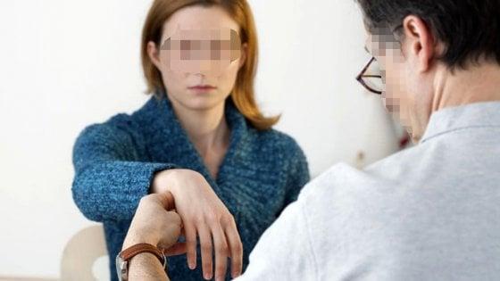 Alba, prima l'ipnosi e poi la violenza sessuale: medico condannato per abusi su quattro pazienti