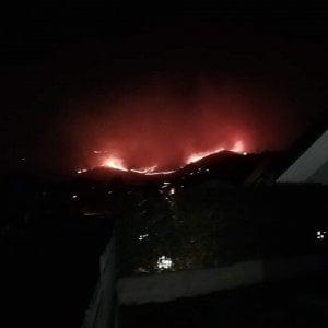 Givoletto, un'altra notte di paura per gli incendi: cento persone evacuate
