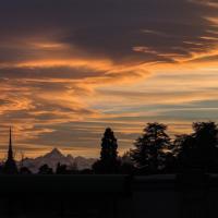 Il cielo su Torino sembra esplodere al tramonto