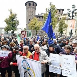 """Torino, le madamine distribuiscono bandiere dell'Europa: """"Mettiamole ai balconi"""""""