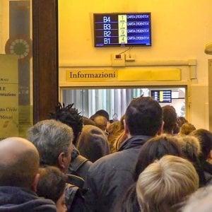 Torino, bagarini all'Anagrafe: dieci euro per saltare la coda