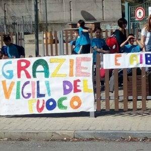 """Paese in fiamme, I bambini di Givoletto ringraziano i vigili del fuoco con disegni: """"Siete i nostri eroi"""""""