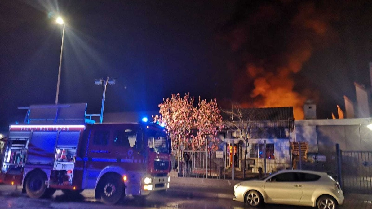 Torino incendio distrugge nella notte mobilificio nel for Mobilifici a torino