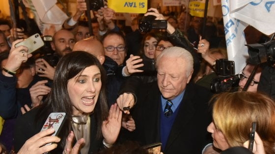 """Torino, la sindaca Appendino affronta i No Ztl, subissata dai fischi: """"Ma andremo fino in fondo"""""""