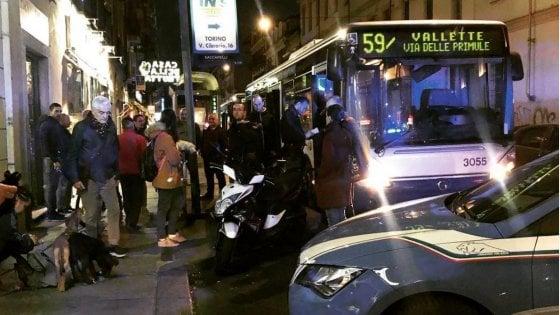 """Torino, la denuncia di Fatima: """"Picchiate sul bus da una donna che ci ha strappato il velo e chiamate terroriste"""""""