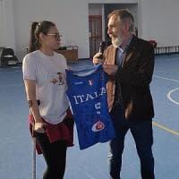 L'abbraccio di Crespi, coach dell'Italbasket femminile, a Miriam investita