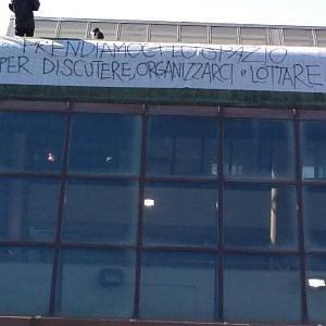 """Torino, gli anarchici occupano un'ex scuola in Barriera: """"La nostra risposta allo sfratto dell'Asilo"""""""