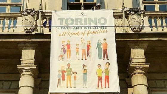 """""""Torino ama tutte le famiglie"""": lo striscione di Appendino in risposta al convegno di Verona"""