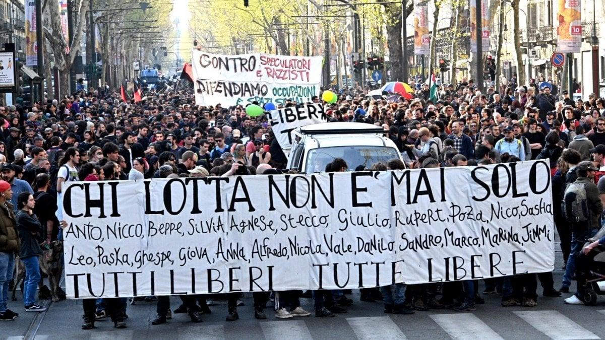 Torino, partito il corteo dei 1500 anarchici, quattro arresti prima della ...