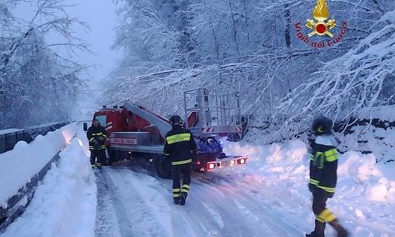 In Piemonte l'inverno arriva ora: caduto oltre un metro di neve, colle di Tenda chiuso e treni bloccati per la Svizzera