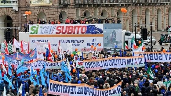 """Riecco l'onda Sì Tav, corteo nel centro di Torino: """"Siamo 20 mila, vogliamo un futuro di lavoro"""""""