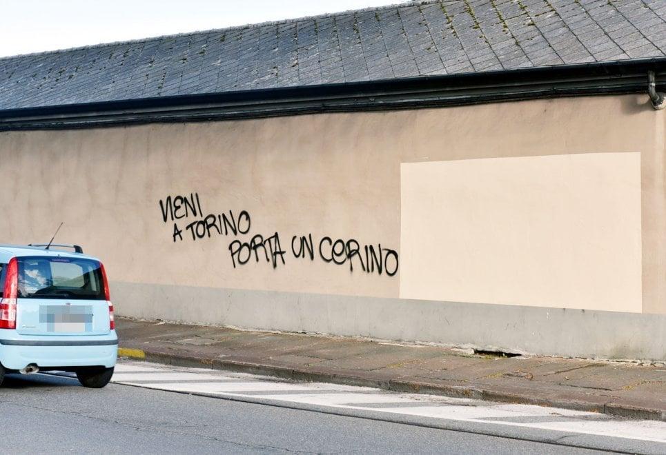 Torino, i graffiti sulla sindaca subito cancellati (ma solo a metà)