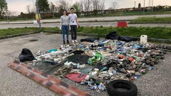 La strada è sporca? Due ragazzi torinesi la ripuliscono e differenziano decine di chili di rifiuti