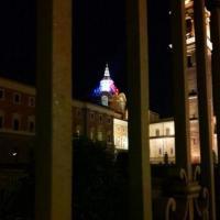 Il tricolore francese sulla cupola del Guarini, risorta dopo l'incendio
