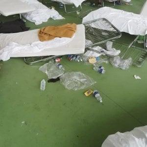 """Torino, la """"vendetta"""" dei tifosi dell'Ajax rimpatriati: danneggiano la sede della protezione civile"""