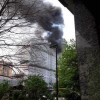 Incendio sul tetto di in un palazzo di corso Traiano