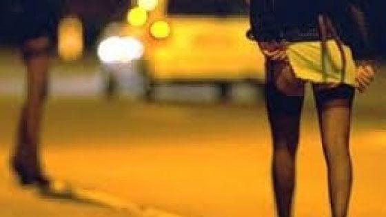 Prostituzione, le maman nei centri d'accoglienza: 11 arresti. Dalla Nigeria alle prigioni della Libia, poi sfruttate da altre donne