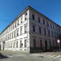 Torino, sequestrano il custode della scuola e lo derubano