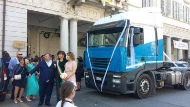 Vercelli, gli sposi arrivano in Comune per il sì a bordo di un Tir:
