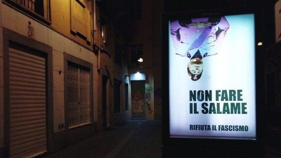 """Manifesti con Mussolini a testa in giù, il """"Banksy torinese"""" colpisce ancora"""
