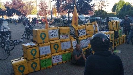 Torino, i fattorini in bici picchettano davanti al McDonald's