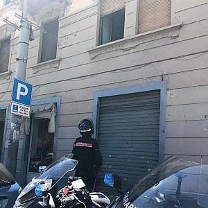 Torino, butta la convivente dalla finestra, lei si salva grazie a un tendone
