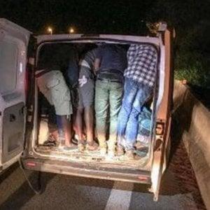 Torino: al casello con 27 stranieri sul furgone, autista in fuga
