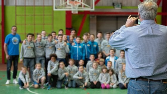 Sorpresa a Fossano, in palestra arriva il ct dell'Italbasket e chiede una foto ai giovani cestisti