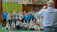 In palestra arriva il ct delI'Italbasket e chiede una foto ai giovani atleti