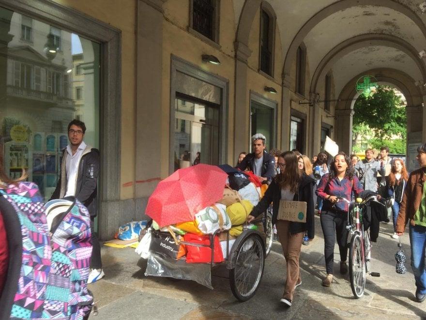 """Torino, i ragazzi di Greta lanciano il mercatino dei vestiti usati: """"No alla moda veloce"""""""