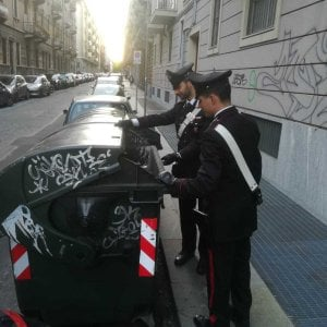 Torino, scippa una signora e si nasconde nel cassonetto dei rifiuti