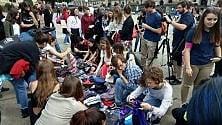In piazza Castello  il mercato degli abiti usati dei ragazzi di Greta