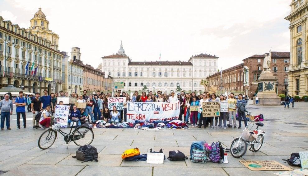 In piazza Castello il mercato degli abiti usati dei ragazzi di Fridays For Future