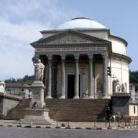 Torino, l'ira dal pulpito del parroco della Gran Madre contro la sindaca per l'ascensore...