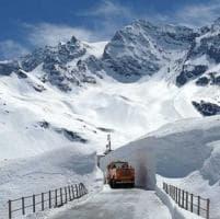 Ciclisti tra pareti di neve sulle strade del Giro in arrivo  in Piemonte
