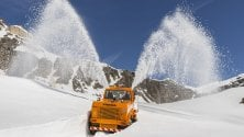 Ciclisti tra pareti di neve sulle strade del Giro in Piemonte