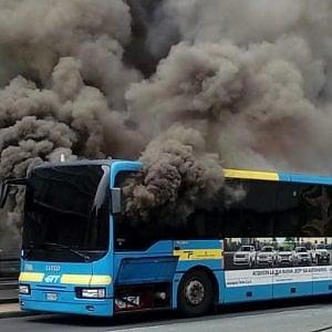 Beinasco, brucia un bus Gtt, l'autista riesce a spegnere il rogo